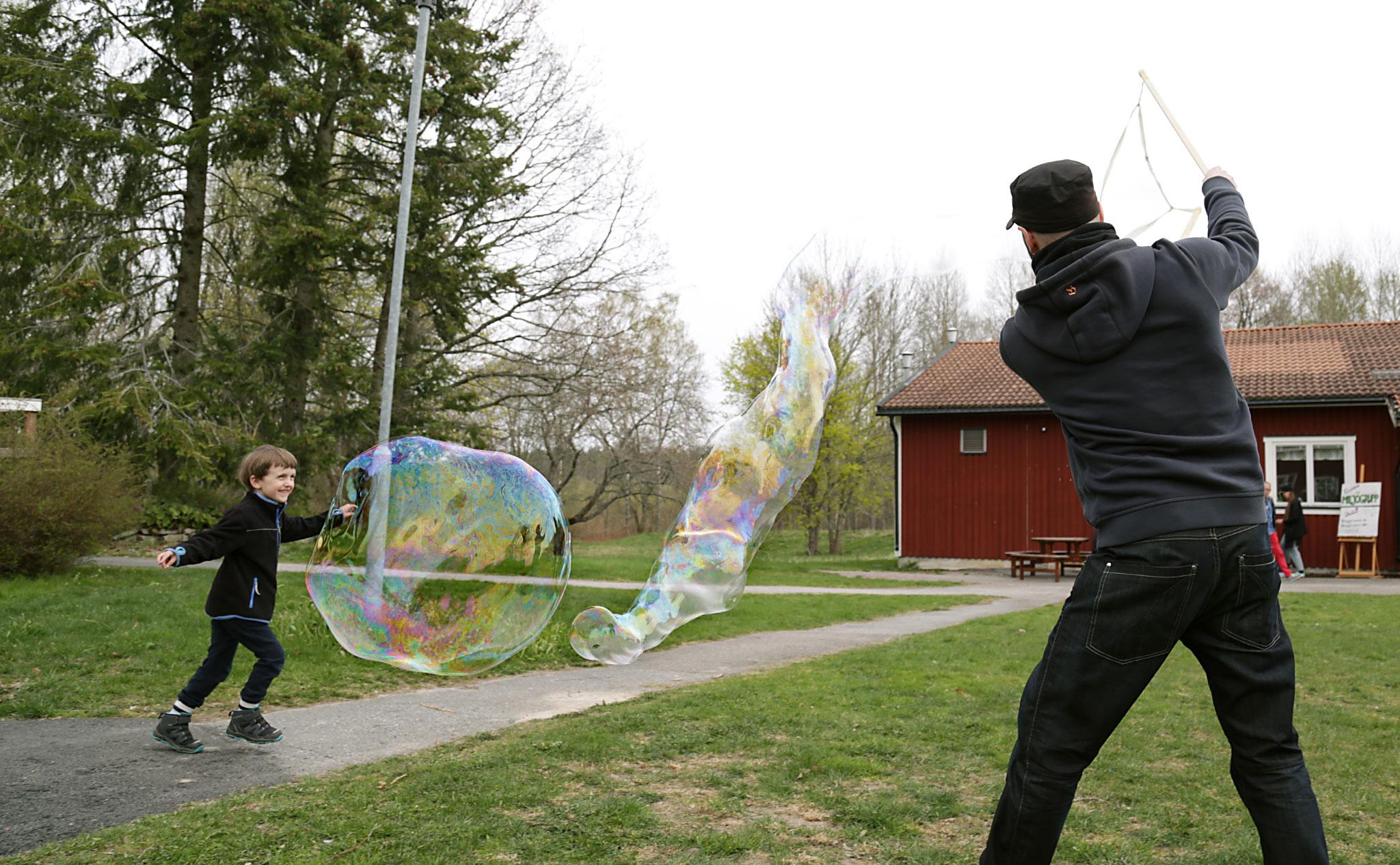 Vi gjorde jättestora såpbubblor.