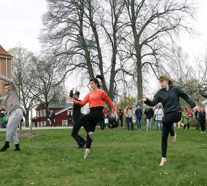 Danslinjen framförde flera koreografier på gräsplättar runt Kävesta, här utanför matsalen.