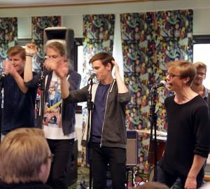 Musiklinjens Partyband spelade.