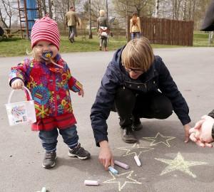 Alla som ville fick lämna sitt kreativa bidrag på asfalten med gatkritor.