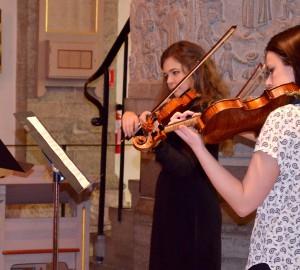 Två fiolspelare i nicolaikyrkan.