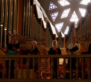Sångare på balkongen i Nicolaikyrkan.