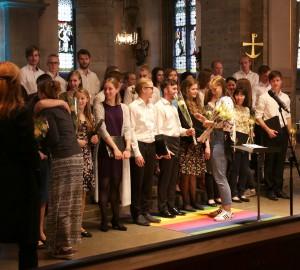 Musiklinjens kör avtackas i Nicolai kyrka med blommor och kramar.