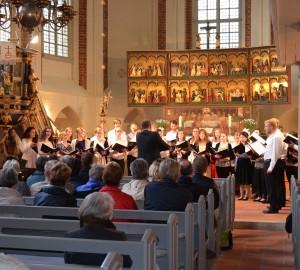 Välbesökt konsert i en kyrka.