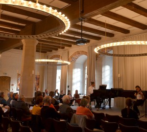 Klassisk konsert i en lokal med stora runda ljuskronor i taket.