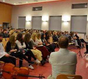 Gitarrsolist inför en stor sal med elever.