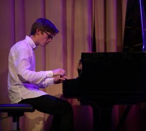 Pianist i vit skjorta.