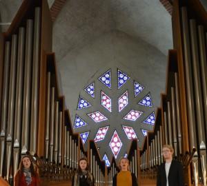 Fyra sångare på balkongen i S:t Nicolai kyrka