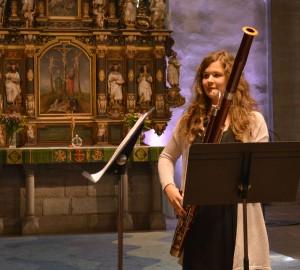 En deltagare spelar fagott i kyrkan.