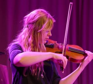 Närbild på en deltagare som spelar fiol.