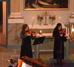 Pianist och två fiolspelare.