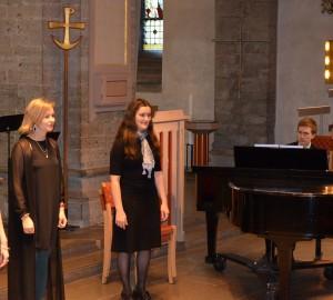Tre sångare och en pianist.
