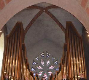Sångare på balkongen i kyrkan.