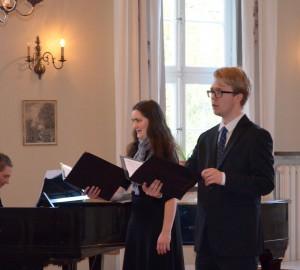 Två sångare och en pianist.