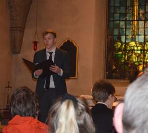 Sångare framför publik i kyrka