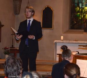 Sångare och pianist framför publik i en kyrka