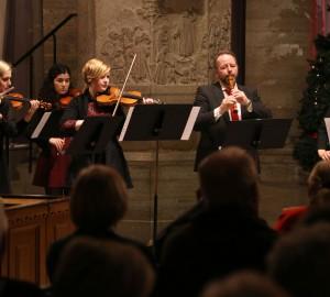 Ensemble med stråkinstrument och flöjt.