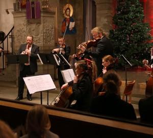 En större ensemble med flera olika instrument, cello, fiol, flöjt med mera.