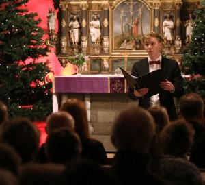 Sångare framför publiken.