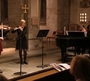Deltagare spelar fiol, flöjt och piano.