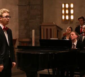 En sångare och en pianist.