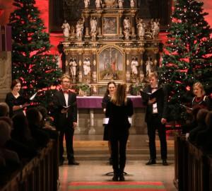 En vokalensemble dirigeras av Anna-Sofia Gahnfelt