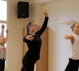 Tre dansare i en rörelse.