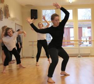 Flera dansare i rörelse.