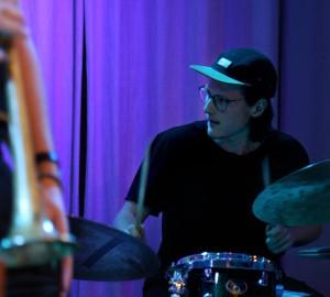 Närbild på deltagare som spelar trummor.