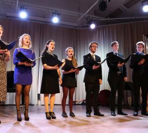 Vokalensemble med sju deltagare.