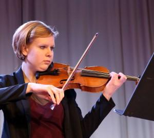 Deltagare spelar fiol.
