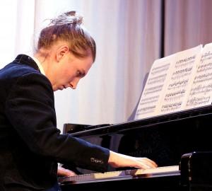 Pianist mitt uppe i ett stycke.
