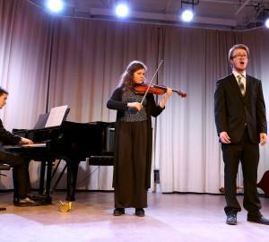 Ensemble med deltagare som spelar piano och fiol samt sjunger.