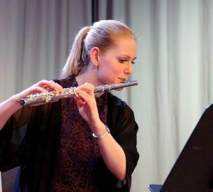Deltagare som spelar flöjt.