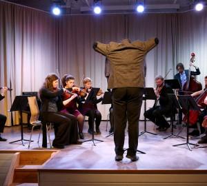 Stråkorkester med dirigent.