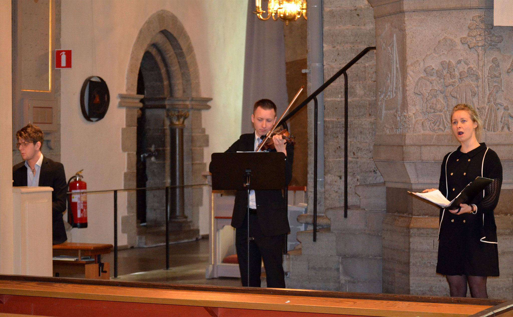 Pianist, fiolspelare och sångare i Nicolaikyrkan.