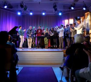 En full aula tackar Kar-Martin Almqvist och alla deltagare som spelade under kvällen med en stor applåd.
