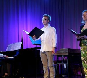 Klassisk trio med pianist och två sångare.