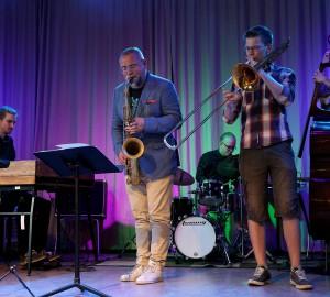 Jazzensemble på scenen i Kävestas aula