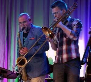 Karl-Martin Almqvist tillsammans med en trombonist i en jazzensemble.
