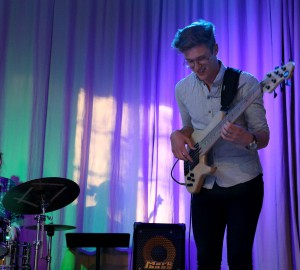 En deltagare spelar solo på elbas, i bakgrunden en trummis.