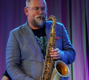 Halvkroppsbild på Karl-Martin Almqvist som spelar solo på saxofon.