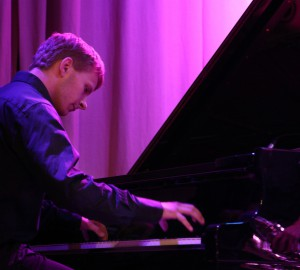 Pianist som spelar på flygel