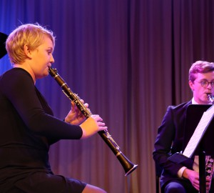Två deltagare spelar klarinett respektive bas-klarinett.