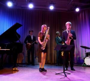 Deltagare spelar jazz på scenen i aulan.