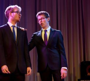 Två deltagare sjunger duett. Den ena håller den andra på axel och e tittar på varandra.