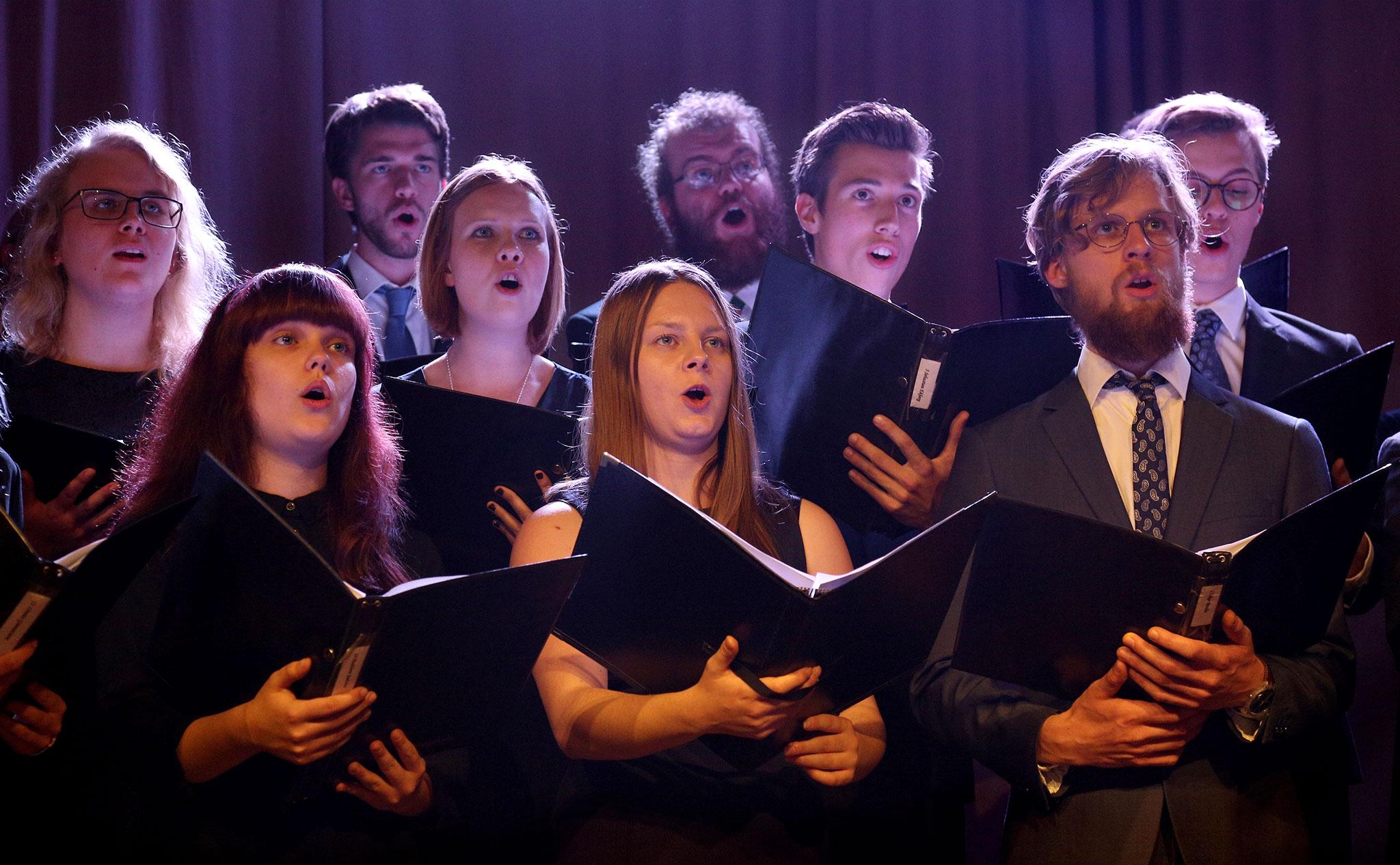Flera deltagare sjunger i kör.