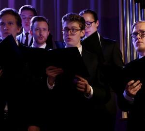 Flera deltagare sjunger i kören.