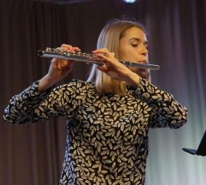 En deltagare spelar flöjt.