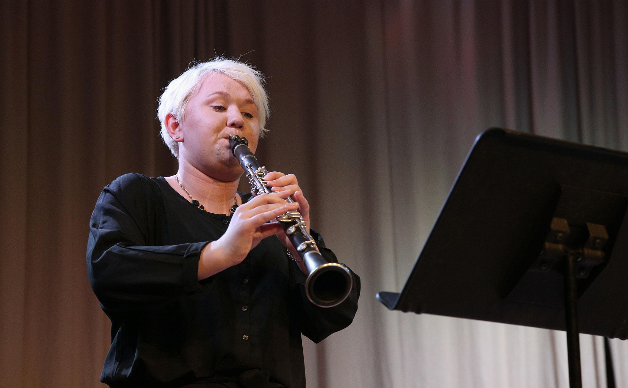 En deltagare som spelar klarinett.